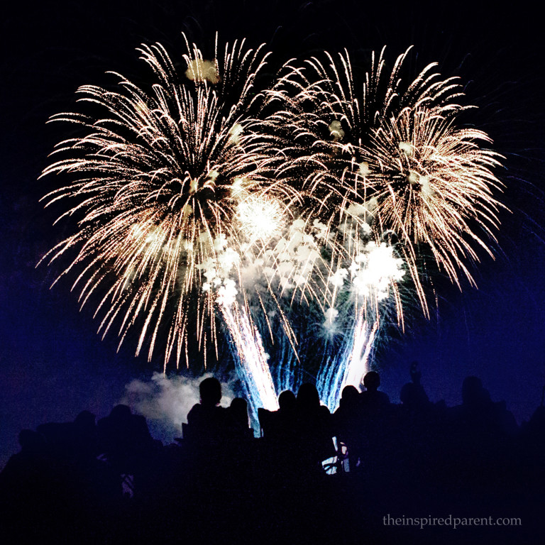 Amazing Fireworks - Photography Tips | theinspiredparent.com